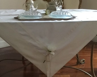 White tablecloth with bows