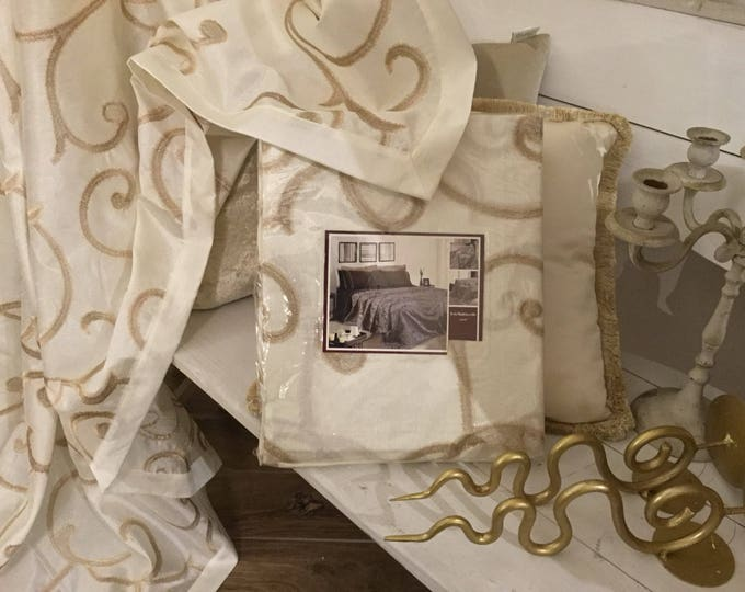 Ivory and gold Furnishing towel