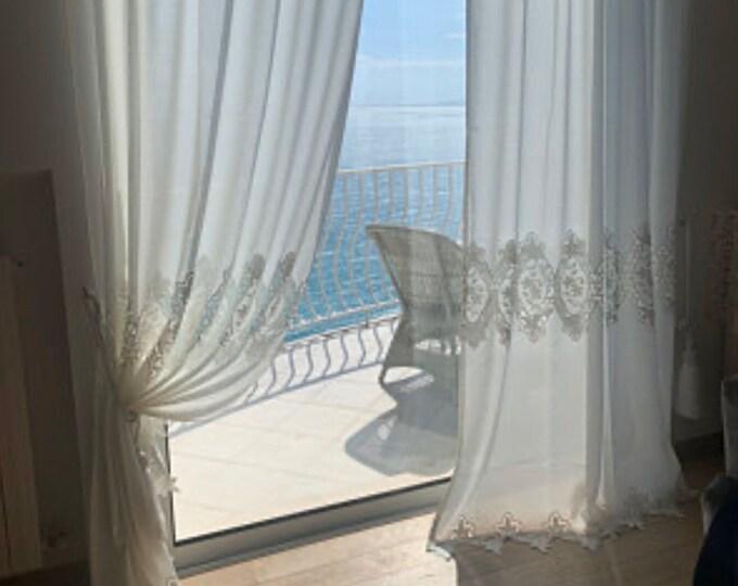 Precious curtain in linen and macramé