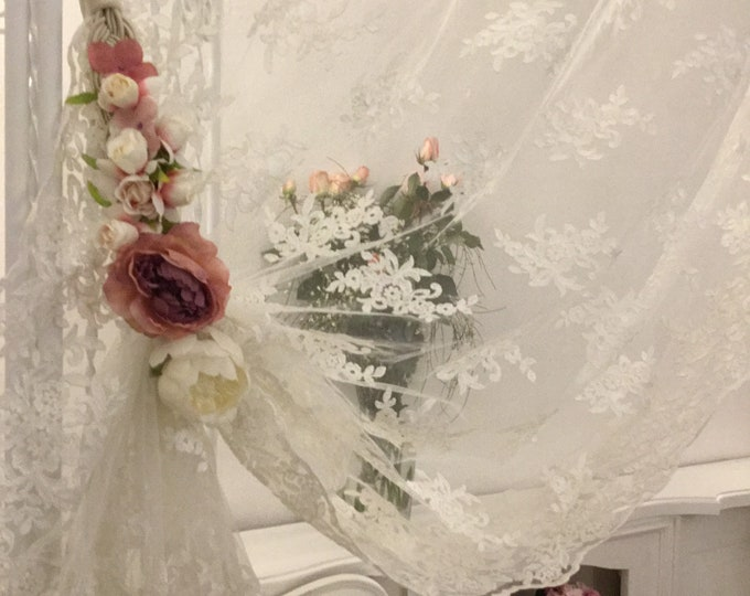Stopper/Embrasse with flowers decoration curtain romantic pink bouquet.
