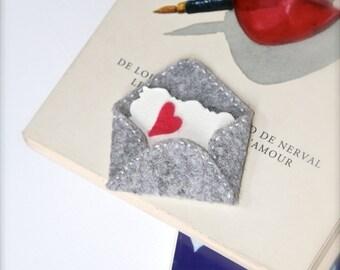 Cousu à la main amour lettre en feutre de laine broche Love coeur amour rouge gris message Pin de fête des mères idée de cadeau pour son cadeau pour femme