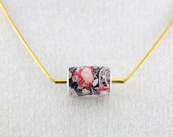Collier Court Abël Chaine serpentine doré Papier Motif Fleurs Graphique Noir Blanc Rouge Rose