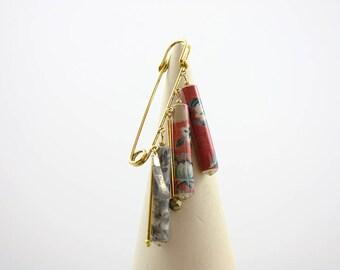 Broche épingle doré perles papier couleurs rouge et gris motif textile