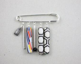 Broche épingle argenté perles papier blanc, noir, couleurs motif graphique