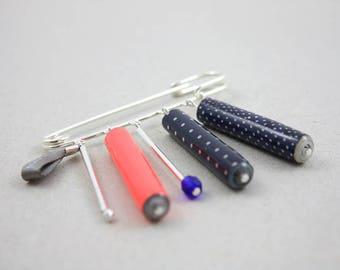 Broche épingle argenté perles papier couleurs orange fluo et bleu marine motif pois