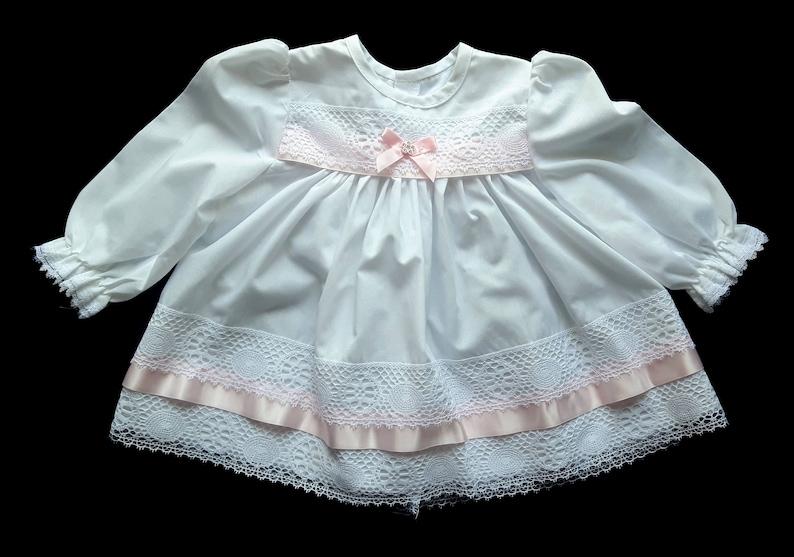 Vintage weiße Baby-Mädchen-Kleid mit rosa Band weiße ...