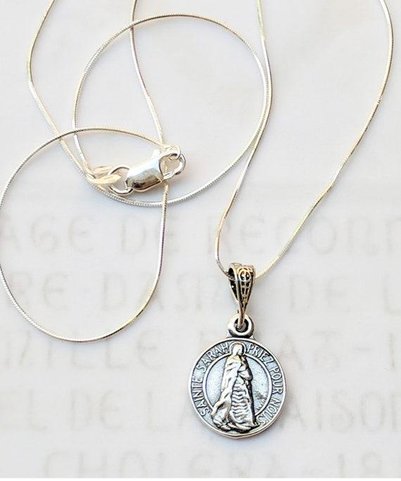 5fec2dc5e965 Collier - petite Sainte Sarah   Saintes Maries 14mm - argent + chaîne en  argent Sterling 18 pouces