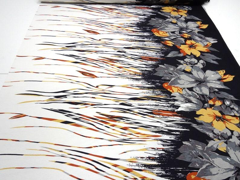 71502372f710f0 Stoff Viskose Jersey Blumen Borden Druck weiß grau apriko rost