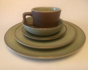 "VTG CALIFORNIA POTTERY METLOX POPPYTRAIL DAHLIA GOLD TWO DINNER PLATES 10 3//8/"""
