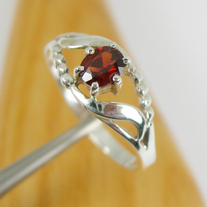 Bright Red Colour Oval Cut Natural Garnet Gemstone Solitaire Claw Dress Ring Genuine 925 Sterling Silver R153