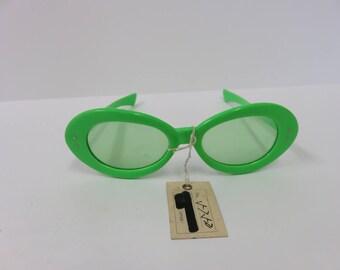 e897029dbcf9 Vintage Bright Green Cat Eye Sunglasses Japan Bakelite Two Dot Japanese  Retro Hipster Funky