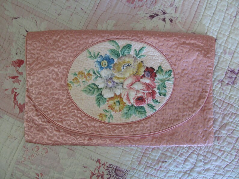 Gorgeous pink wigglework satin nightdresslingerie case with quilted rosy bouquet~In beautiful clean condition
