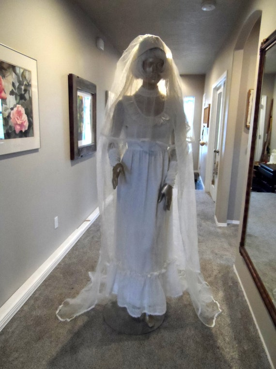 Vintage 1960's Wedding Gown & Veil* Size Small . C