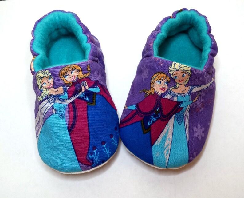 the latest a83db 0773d Pantofole Disney congelato, Anna e pattini di bambino di Elsa, viola Disney  Baby Booties, Pantofole bambino, Disney ha ispirato il personaggio,