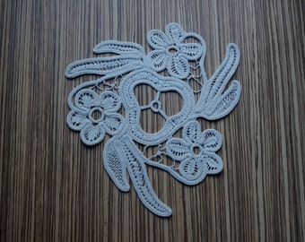 c0bc28f5e85d Napperon de forme triangulaire crème, 3 fleurs et feuilles longues, vintage  roumain Point dentelle, fait main en coton crochet napperon, décor en  macramé, ...