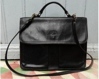 8042016981 1980s black I talian Leather Messenger Shoulder Bag    top handle bag    1980s  Handbag