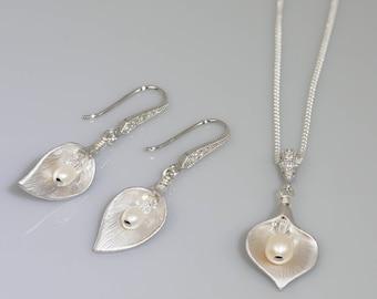 Calla lily necklace, freshwater pearl drop, Bride Pearl pendant, silver crystal, bride pearlmother of bride, bridesmaid favour, Pearl drop,