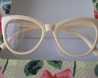 b7420f03bfd Cateye Reading Glasses +2.00 Betsey Johnson Creamy Beige Frames Temples  Vintage Style
