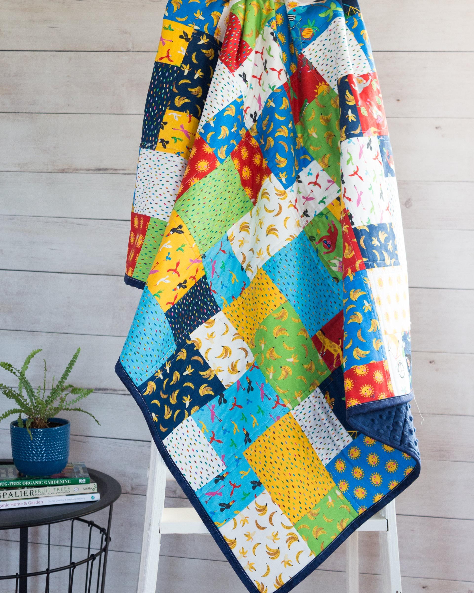 Quilt Baby Boy Quilt pour bébé fait à la main (fr) Conception moderne de patchwork avec des impressions amusantes - Animaux de jungle Cadeau de douche de chéri