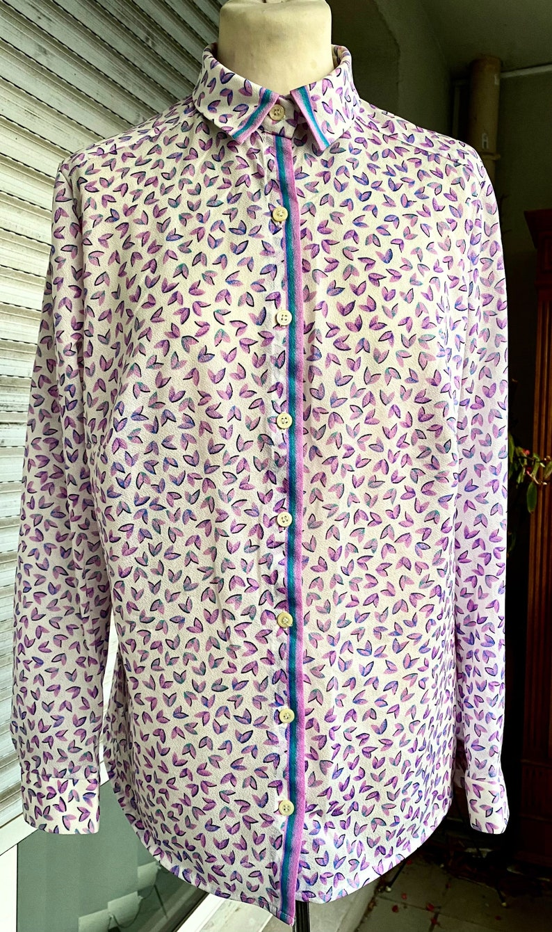 crepe appearance Vintage women/'s shirt M. straight blouse polyester size 40 long sleeves purple patterns on white background