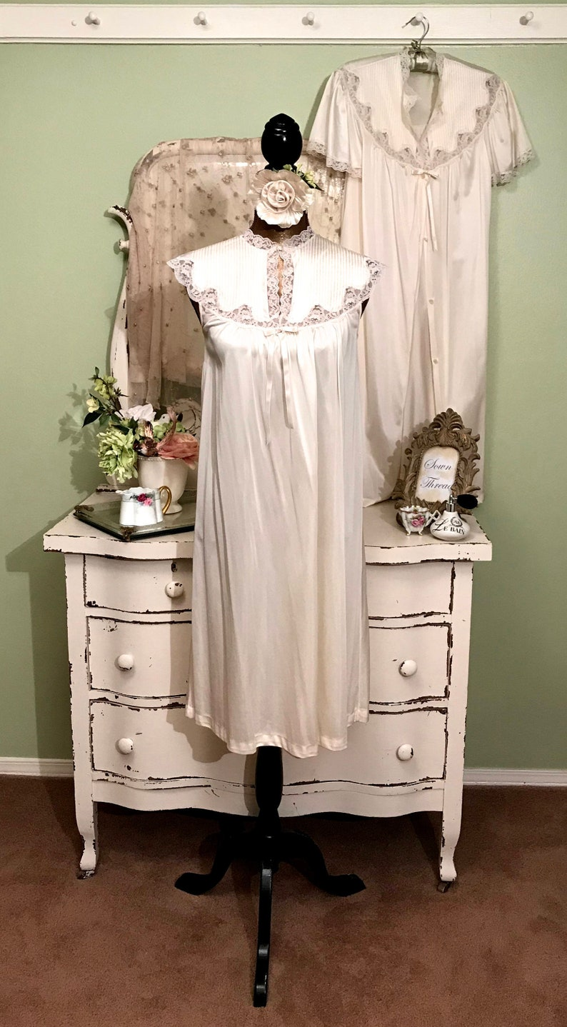4b62547e988 Pretty Vintage Nightie Set Ivory Nightgown   Robe Set Small