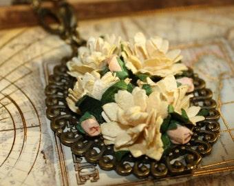 Tender Aster Floral Necklace - Cream