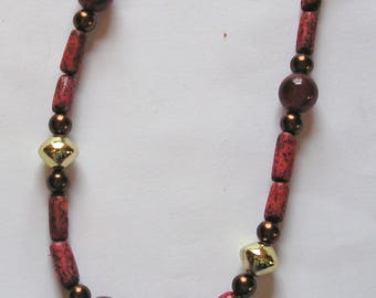 Necklace of natural coral and colored pearls