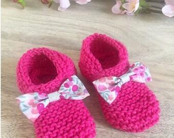 5ce4ba32ba664 Bottons   chaussons bébé en laine framboise et noeud Liberty Betsy  Wiltshire summer garden