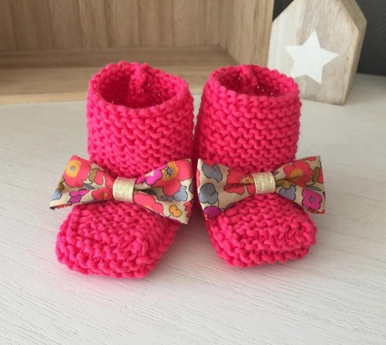 bbd717e183629 Bottons   chaussons bébé en laine rose vif et noeud liberty