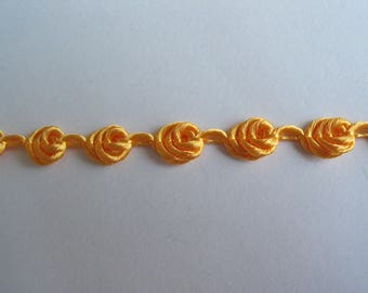 Yellow Gold stripe forming tiny flowers - ref B4