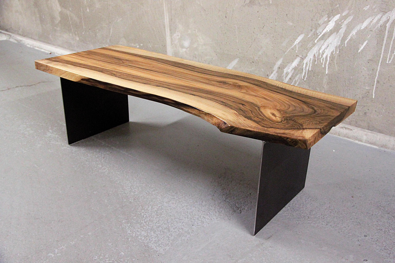 table basse noyer massif live edge sur plaques d 39 acier sur. Black Bedroom Furniture Sets. Home Design Ideas