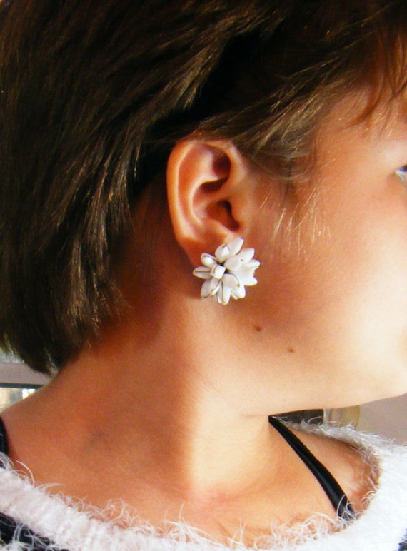 Vintage 60/'s White and Blue Milk Glass Unique Vintage Clip-on Earrings