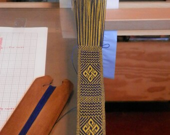 Pattern to weave a bowen knot in two colours.