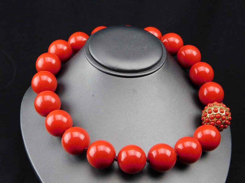 Red Big Beaded Necklace Magnetic Gold Tone Decorated Clasp 20 long 1 Beads Crimson Acrylic Knotted Vintage Red Ruby Retro Runway