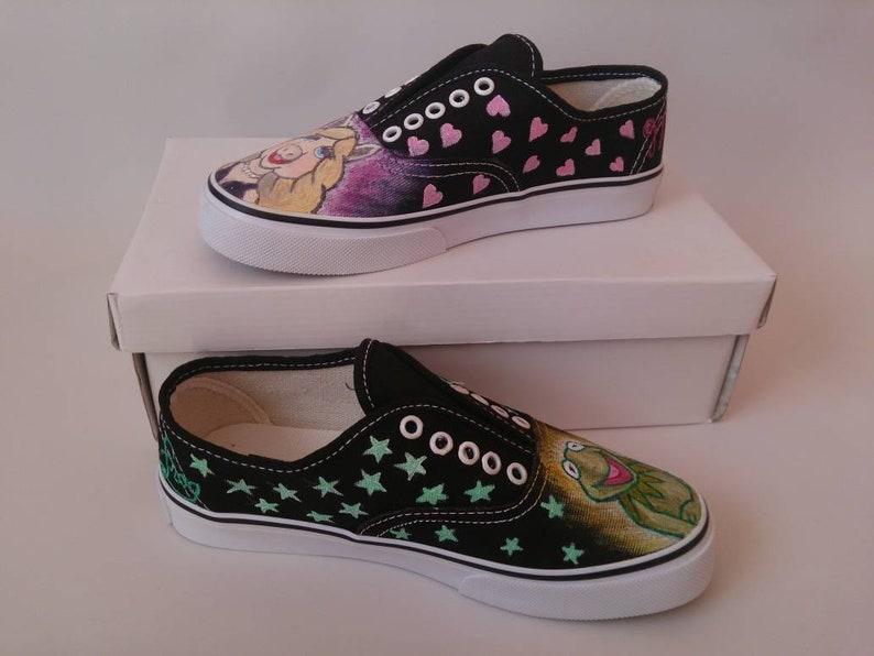 Muppet Show Miss Piggy n Kermit Tie Sneakers Nero Design PC2DeJzk