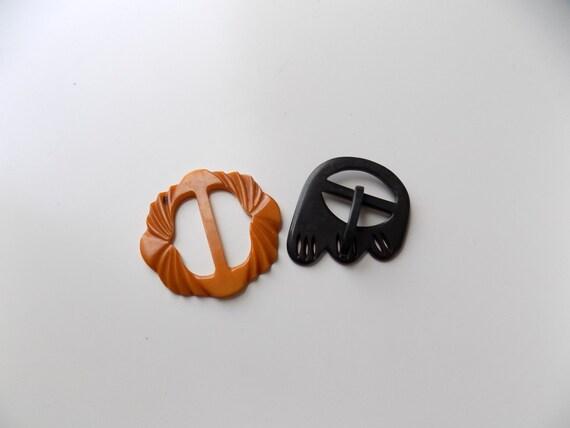 6367ddcf5f72 des années 50 en bakélite boucles de ceinture sculptés   Etsy