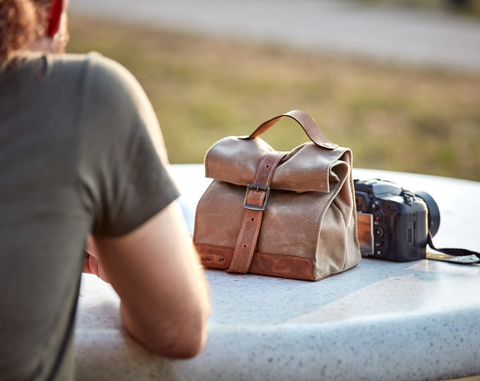 Light tan waxed canvas lunch bag.