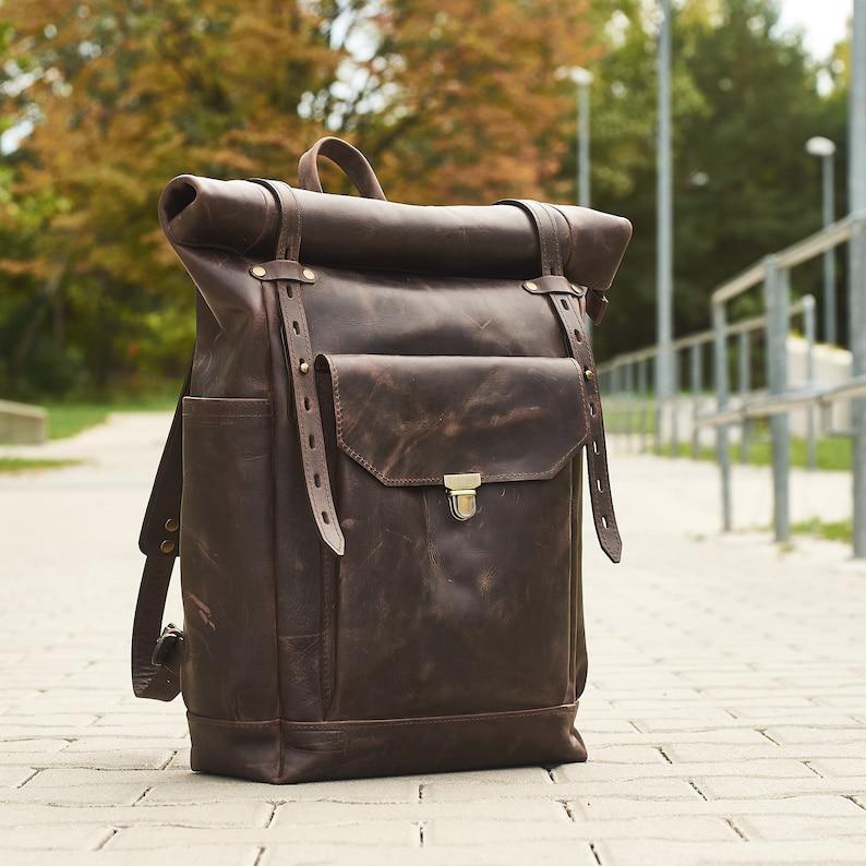 8515383e86965 Herren Leder-Rucksack für 15-Zoll-Laptop. Rollen Sie oben