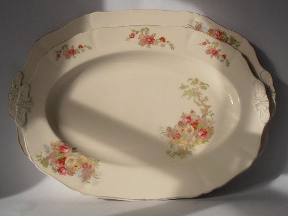 Deux jolies assiettes vintage ovale/plateaux par Alfred Meakin, en Angleterre sous la forme de «L'harmonie». Brevet USA n ° 78288. Maison shabby chic!