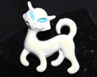 White enamel painted cat brooch with blue painted eyes - Unsigned
