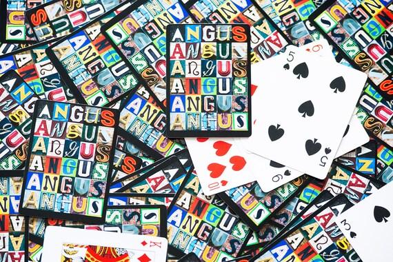 Personnalisé des cartes à jouer avec le nom ANGUS dans des lettres de photos de signes réels ; Jeu de cartes ; Poker ; Carte à jouer