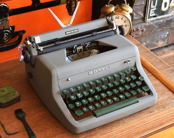 Royal Quiet Deluxe Manual Typewriter - Broken / Not Working - As Is - Decorative Typewriter and original case - Made in Canada