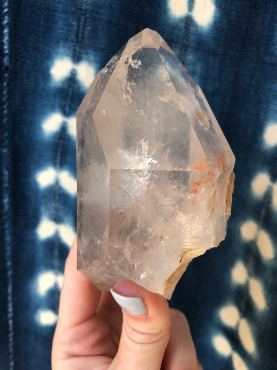 Quartz crystal point with hematite inclusion : all natural with rainbows