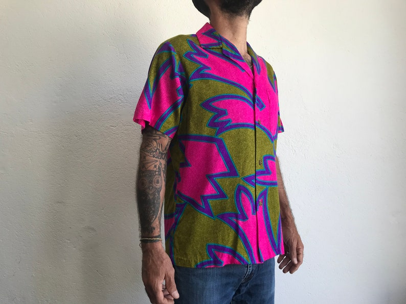 Abstract print Alfred Shaheen Bright colors Brass buttons 1960s Hawaiian Shirt Aloha shirt Size M Vintage