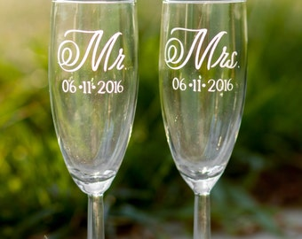 Mr and Mrs Champagne Toasting Flutes with Wedding Date, Set of 2, Mr and Mrs Glasses, Wedding Toast, Wedding Champagne Glasses