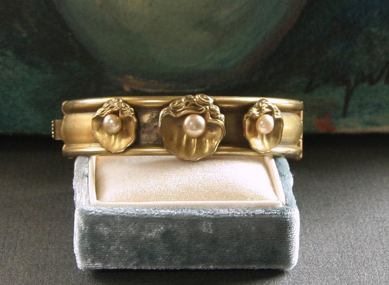 1940s Hinged Gold Bangle Bracelet Vintage Gold Tone SEASHELL /& PEARL Bracelet Vintage Gold Cuff Bracelet with Frosted Matte Finish