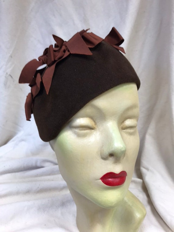 Late 50s brown bow skull cap hat - image 1