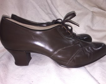 1940s Brown Leather Lace up heels size 8.5