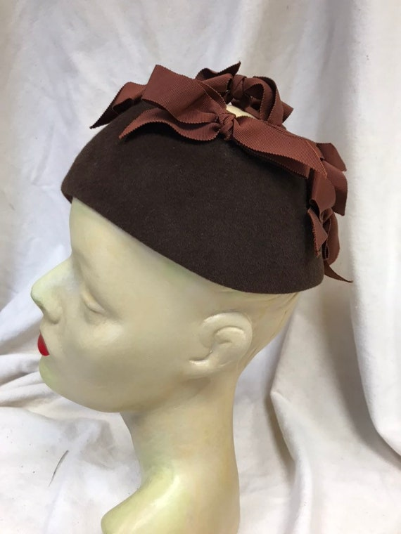 Late 50s brown bow skull cap hat - image 2