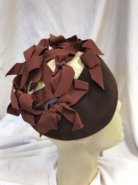 Late 50s brown bow skull cap hat - image 3